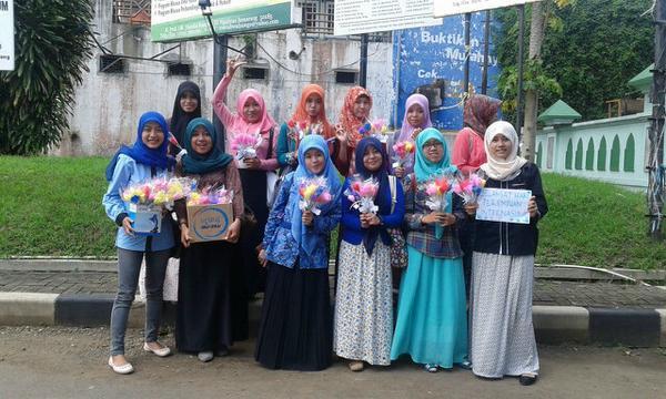 Peringati Hari Perempuan, Para Mahasiswi FEBI Bagikan Bunga