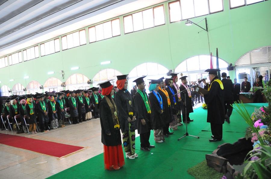 Rektor UIN Walisongo Memberikan Beasiswa 10 Wisudawan Terbaik