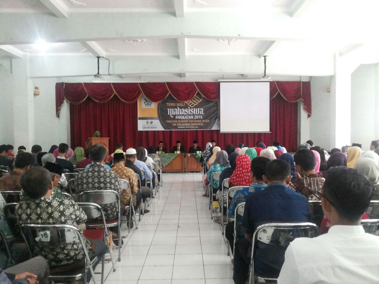 FEBI UIN Walisongo Semarang Adakan Sarasehan dan Temu Wali Mahasiswa Angkatan 2016