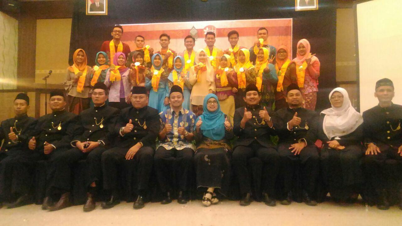 Eni Fitriyani dan Siti Mustabsiroh Peraih IPK Tertinggi Wisuda Ke-6  FEBI UIN Walisongo Semarang